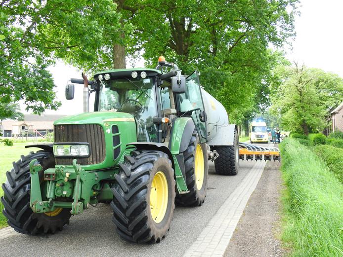 Een tractor raakte twee fietsers in Boekel.