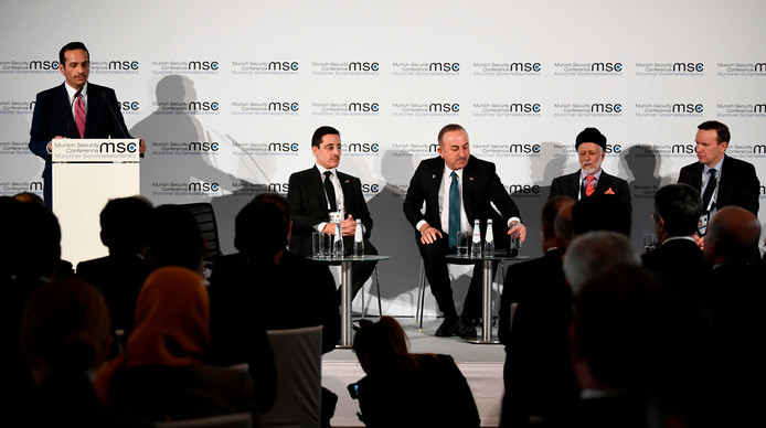 Abdullah Bin Nasser Al Thani spreekt de mensen toe (links in beeld)