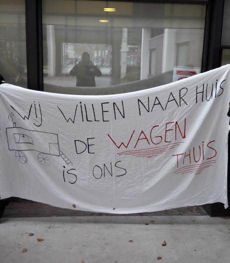 Roosendaalse woonwagenbewoners voeren actie voor stadskantoor: 'We worden aan het lijntje gehouden'