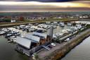 De Limonadefabriek vanuit de lucht, met op de achtergrond Streefkerk.