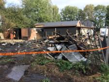 Puin en ontreddering na verwoestende brand op woonwagenkamp Raalte
