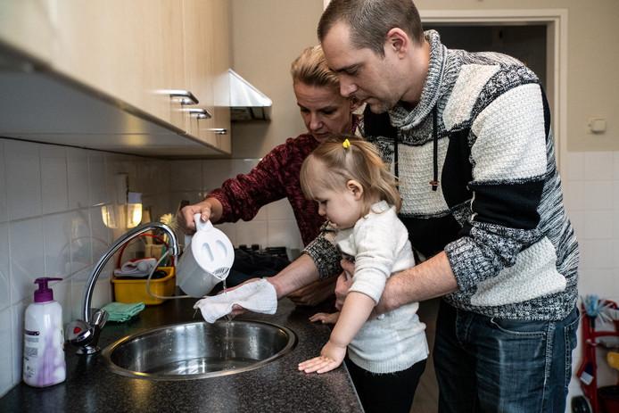 Leon en Nathalie Scanlon zijn bang dat ze dochter Lena straks met water uit de waterkoker moeten wassen.