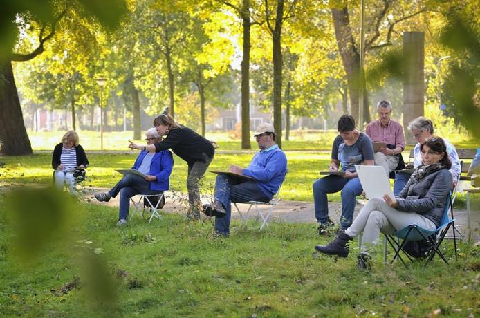 Anne Rensen geeft aanwijzingen aan een van de tekenaars nabij de Dommel. foto Jean Pierre Reijnen
