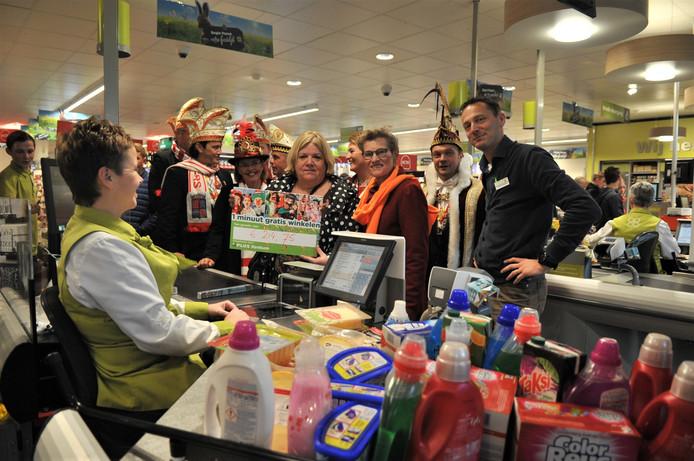 Marij Barends van Voedselbank Neder-Veluwe e.o. vulde tijdens een minuut gratis winkelen haar boodschappenkar met spullen ter waarde van bijna 215 euro.