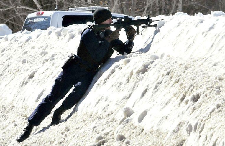 Trooper Scott Duff houdt de verdachte onder vuur.