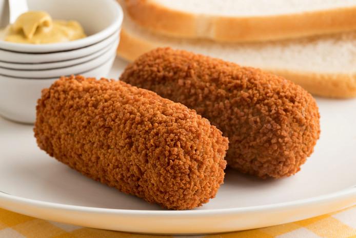 Typisch Nederlandse lunch: brood met kroket en mosterd.