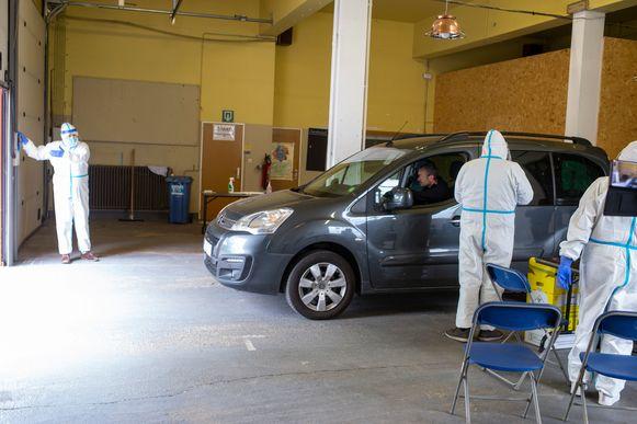 In de oude brandweerkazerne in Kalmthout is een drive-in geopend om mogelijke coronapatiënten te testen.