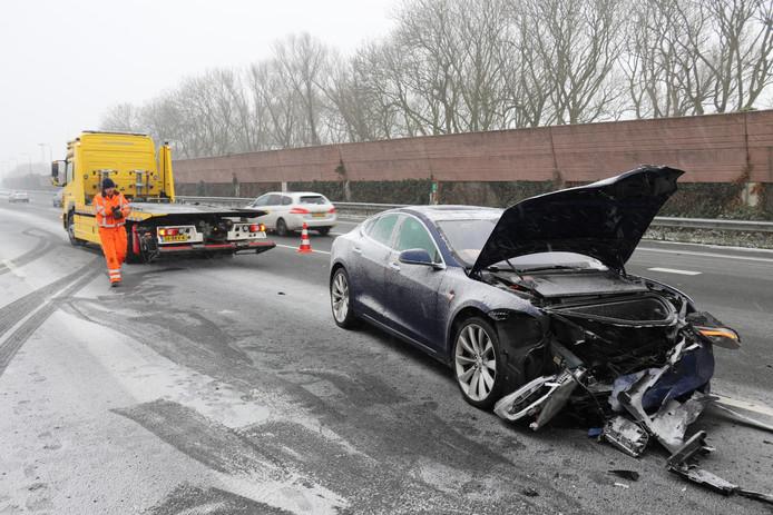 Een Tesla kwam hard in botsing met een vrachtwagen.