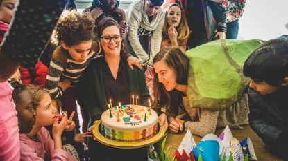 Taalkamp viert tiende verjaardag met lekkere taart