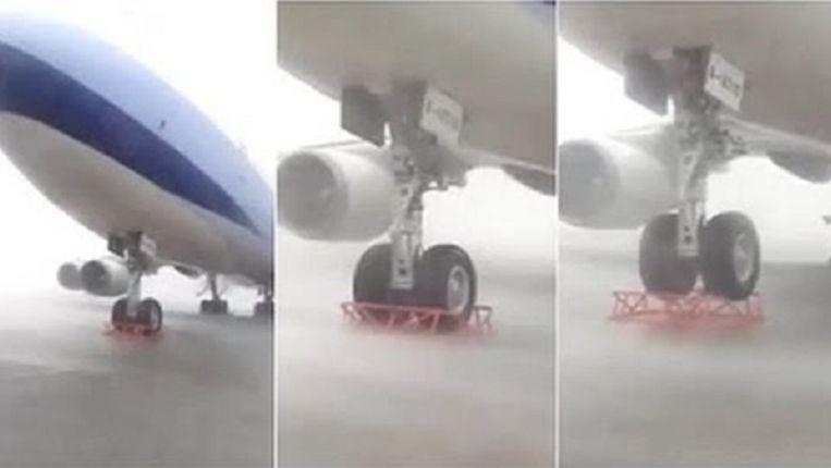 Tyfoon Soudelor neemt een Boeing in het vizier. Het resultaat is spectaculair.