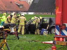 Twee vrouwen bevrijd uit over de kop geslagen auto in Denekamp