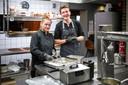 Restaurant State heeft vier dagen per week personeel in dienst. Keukenhulp Magdalena Kubica en kok Thijs Joziasse bereiden de huisgemaakte bitterballen.