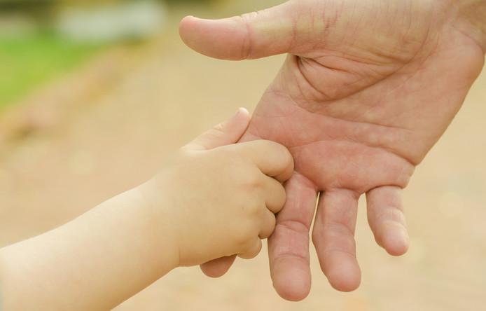 De adoptieouders vrezen voor de mentale gezondheid van het kind wanneer het terug moet naar de biologische moeder. ,,De enige familie die hij kent, zijn wij.''