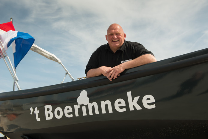 Rob Morren gaat deze zomer ijs verkopen vanaf zijn sloep in de nieuwe Harderwijkse havens.  foto Bram van de Biezen