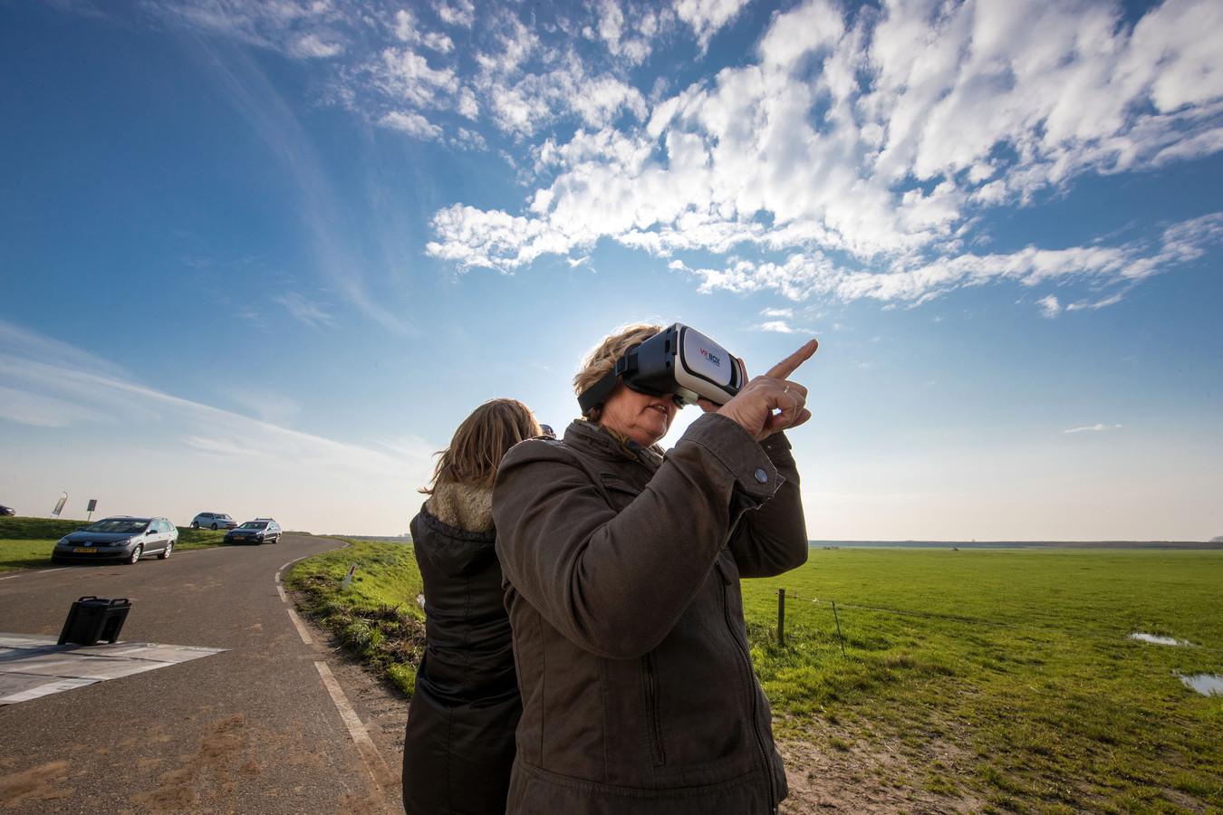 Inloop en informatiedag in 2017 voor mogelijke nieuwe bypassbewoners bij het Reevediep (Reevedorp) bij Kampen. Virtueel kunnen zij in het toekomstige dorp kijken.
