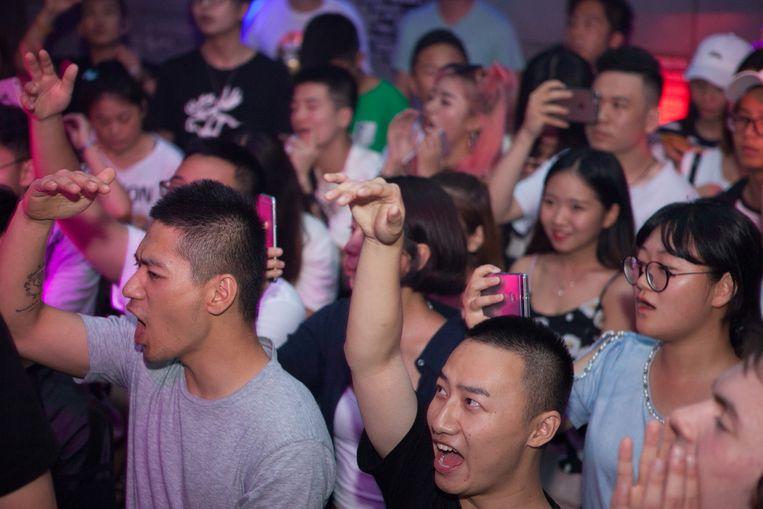Publiek in club NASA tijdens een optreden van rapper Pissy. Rechts: rapper TT in de studio van Higher Brothers. Beeld WassinkLundgren