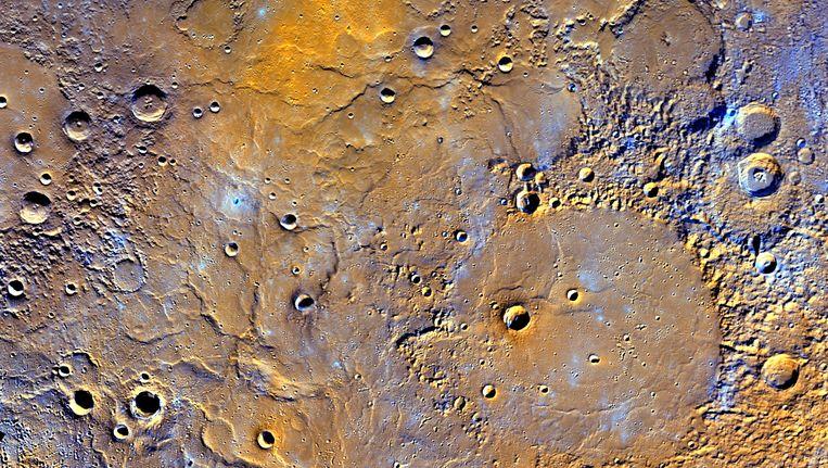Dit beeld van het ruimtetuig Messenger toont de vele kraters op het oppervlak van Mercurius.