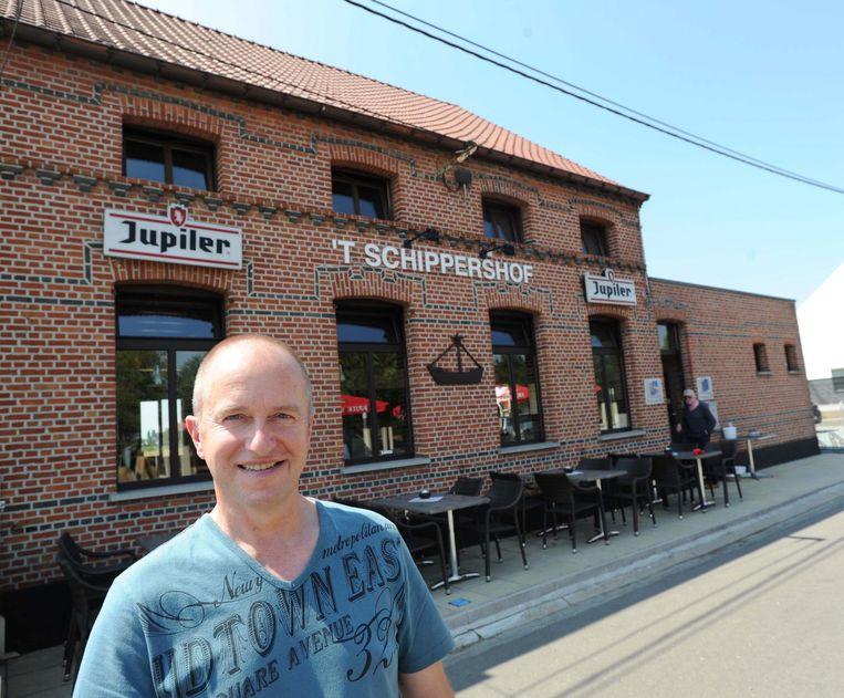 Marc Scherps voor zijn café.