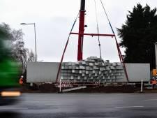 10.500 kilo kunst in de takels, scherm 'Tussenstop' naar hoger niveau bij Bergse Randweg