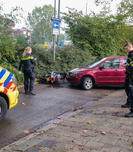 Auto en scooter botsen op Crayensteynstraat in Dordrecht