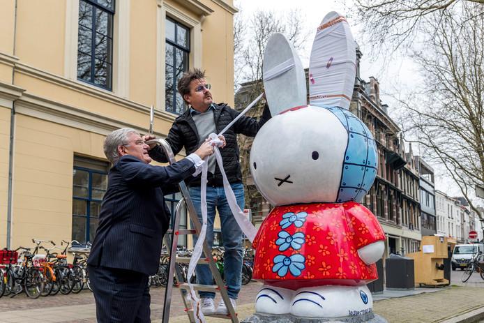 Nijntje is op meer plekken in Utrecht terug te vinden. Hier een beeld van het konijntje op de Mariaplaats.