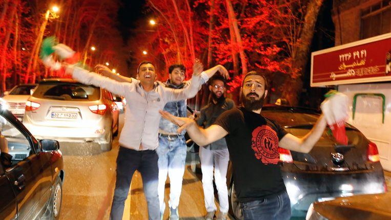 Iraanse mannen dansen in de straten van Teheran, nadat Iran donderdag een voorlopig akkoord met de vijf permanente leden van de VN-Veiligheidsraad en Duitsland bereikte over de inperking van zijn atoomprogramma Beeld anp