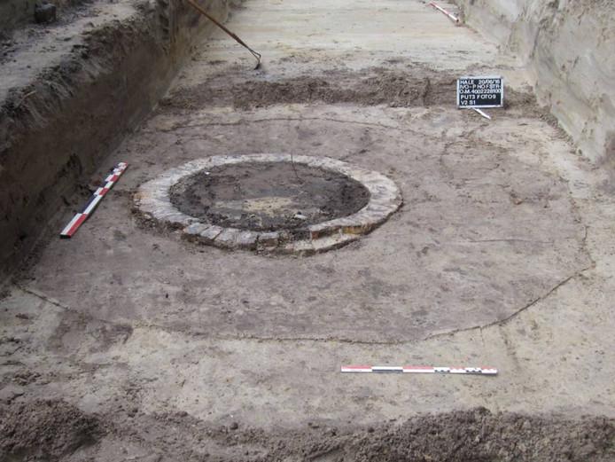 De waterput is gevonden bij archeologisch onderzoek, voorafgaand aan werk aan het riool in de Hofstraat. De put stamt uit de achttiende eeuw, denkt archeoloog Antoine Mientjes.