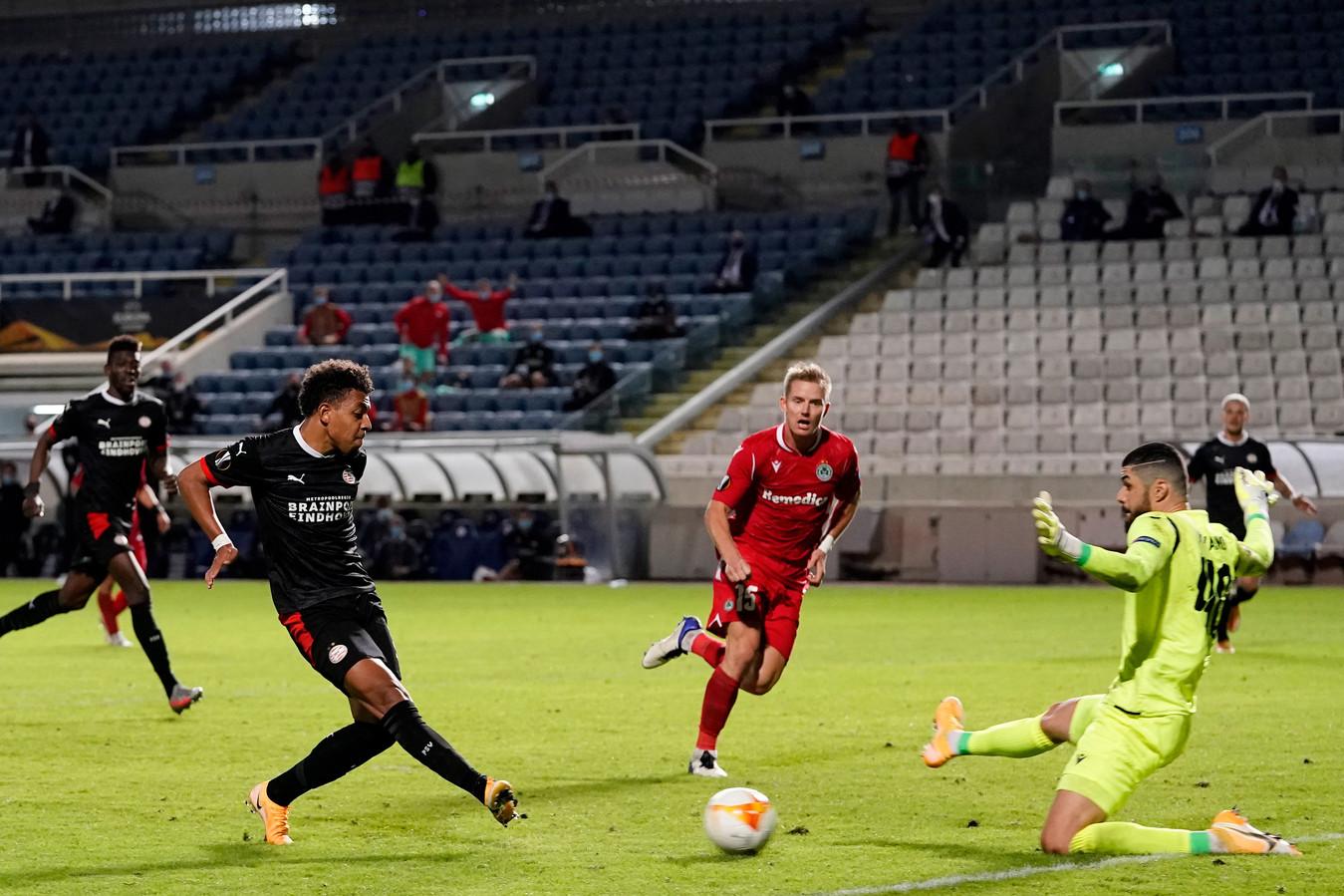 Donyell Malen maakt in blessuretijd de winnende goal.