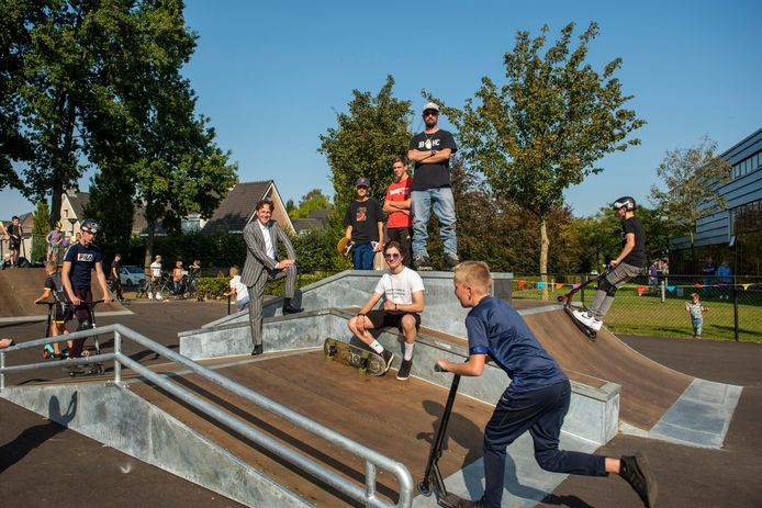 Ivo Kalis (midden, hoogste trede) bij de opening van het skatepark in Hoeven. Links burgemeester Bernd Roks.