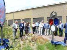 Mensen van ASML 35 jaar geleden onthullen kunstwerk op Strijp-T in Eindhoven