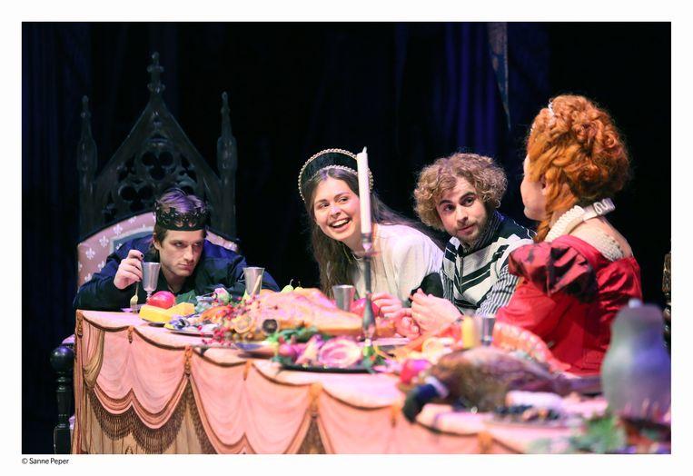 Mattias Van de Vijver en Sofie Porro (eerste en tweede van links) als Hamlet en Ophelia.  Beeld Sanne Peper
