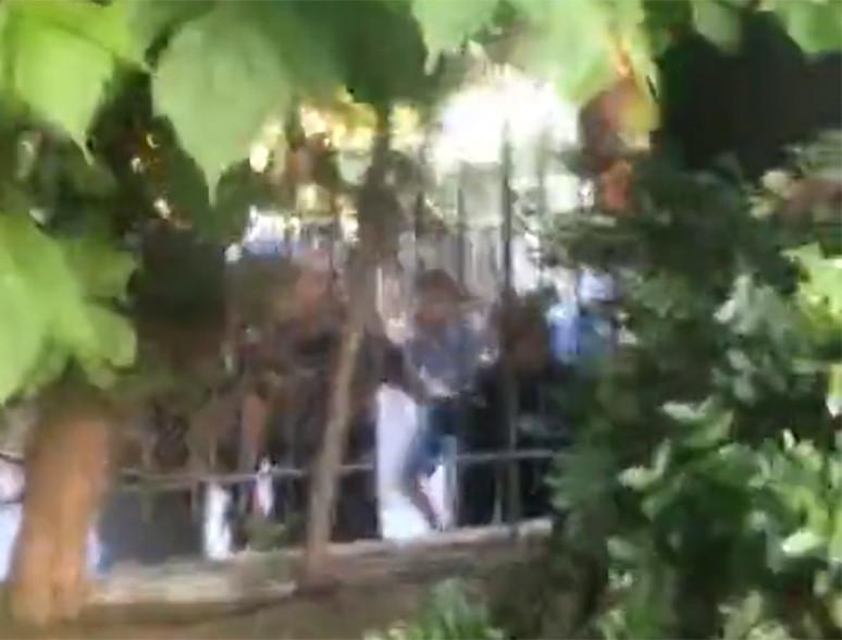 Les fans en colère sont arrivés sur les lieux à moto avant de jeter des pierres sur la maison et d'inscrire des slogans sur les murs voisins.