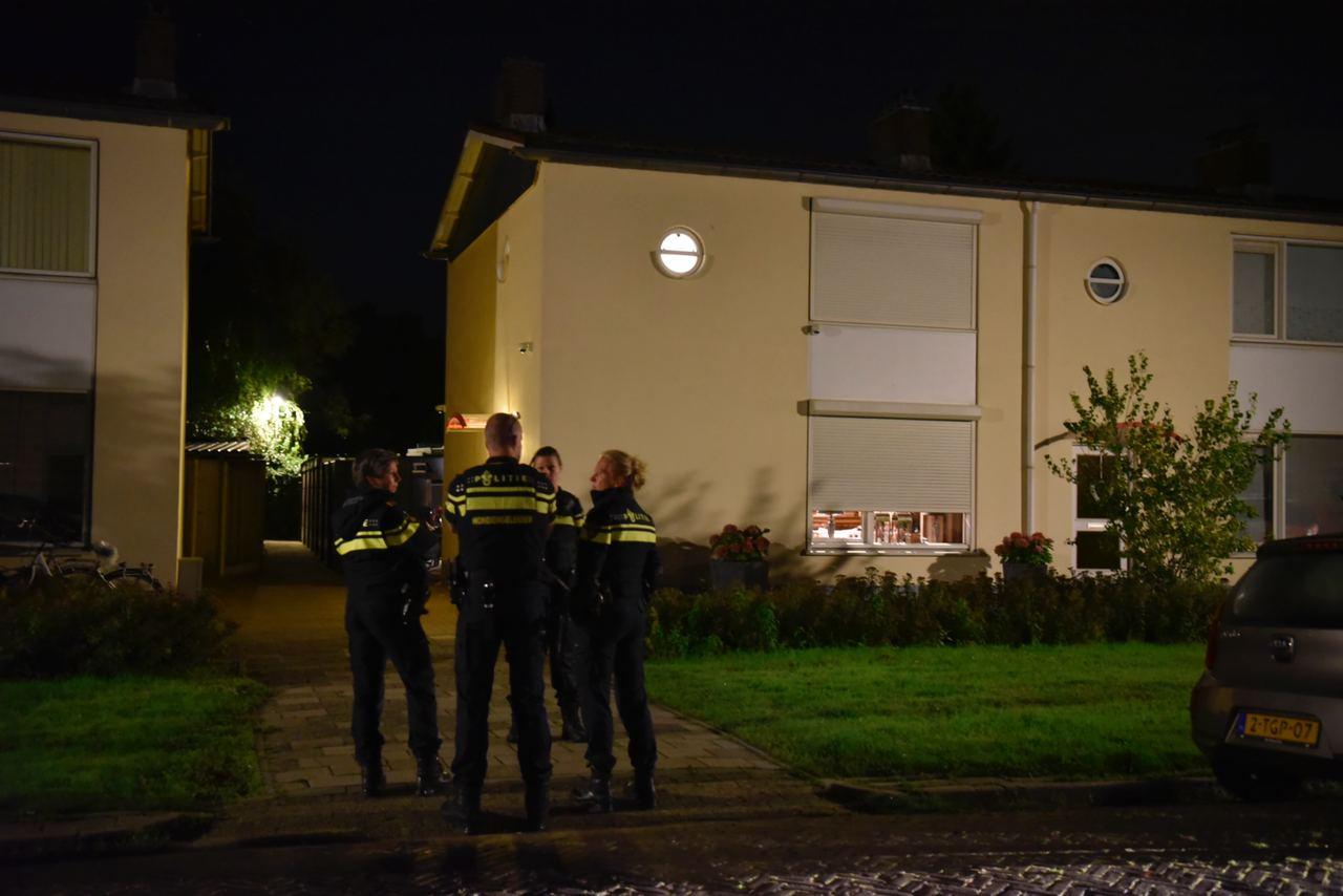 Agenten ter plaatse in Almelo op de plek waar afgelopen nacht een grote explosie plaatsvond.