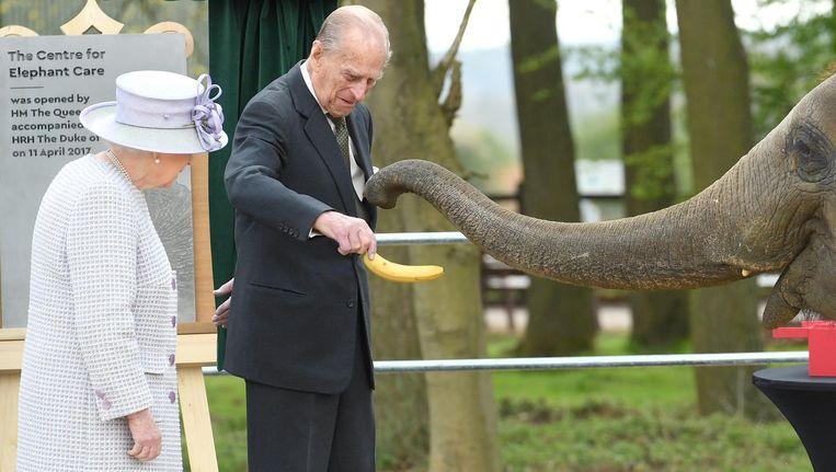 Prins Philip voert op 11 april met de koningin aan zijn zijde de olifant Donna, bij de opening van een riant olifantenverblijf in Dunstable. Beeld Karwai Tang / WireImage