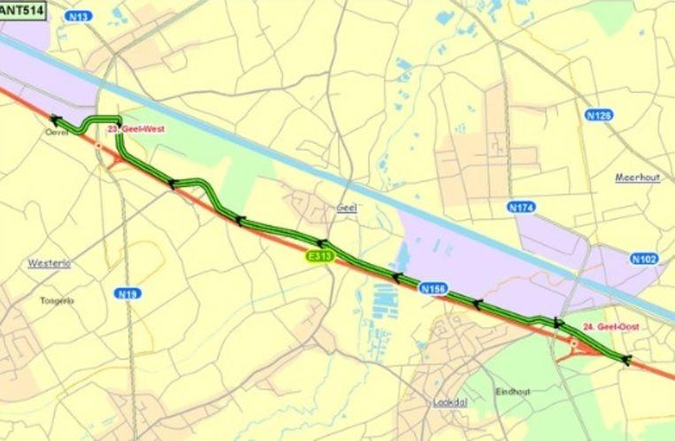 E313 volledig versperd richting Antwerpen door ongeval met vrachtwagens bij Geel-Oost.