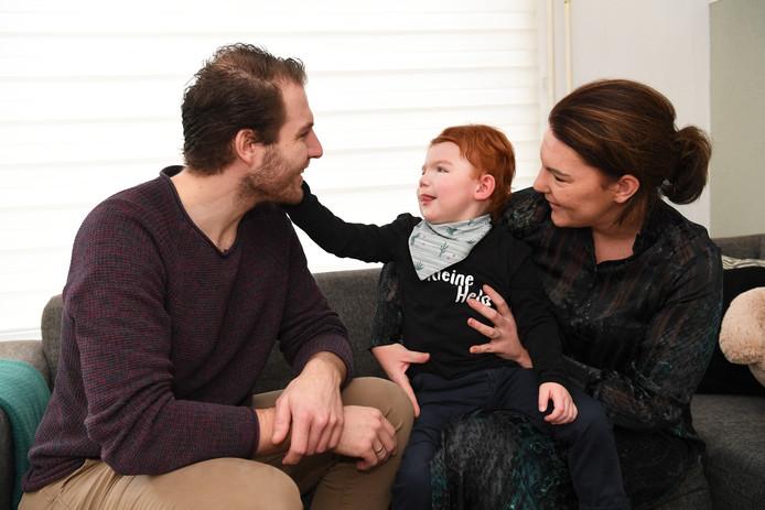 Het echtpaar Axel en Lisanne Peeters samen met hun gehandicapte zoon Jens. In de show van Linda de Mol werden de ouders verrast met ruim 32.000 euro.