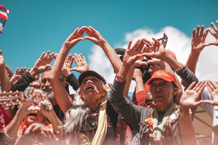 De kanaka 'oiwi, de oorspronkelijke inwoners van Hawaii, voeren vreedzame actie met drie ceremonies per dag met zang en dans.   Beeld Cody Fay
