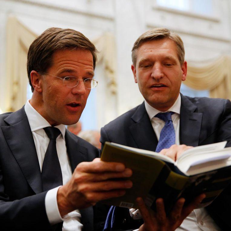Mark Rutte en Sybrand Buma bekijken de biografie over voormalig minister-president Gerbrandy. Beeld ANP
