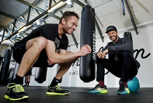 Verslaggever Stefan Raatgever ondergaat een choreografie van kniebuigingen onder toeziend oog van Arie Boomsma