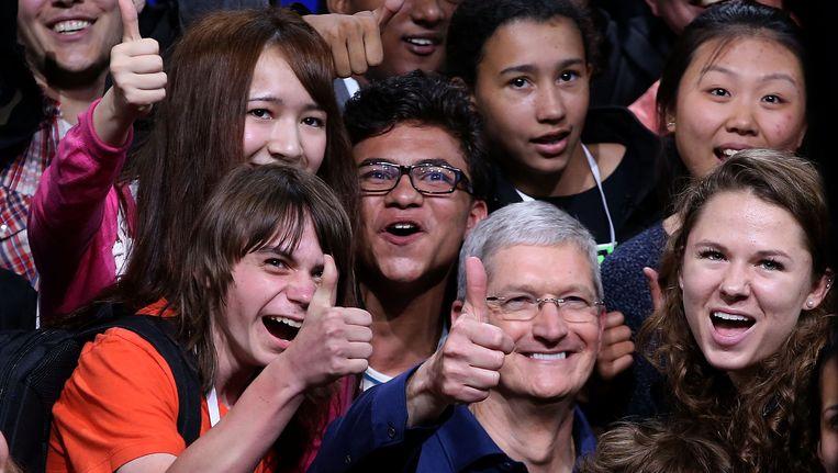Apple-CEO Tim Cook poseert met schoolkinderen Beeld AFP