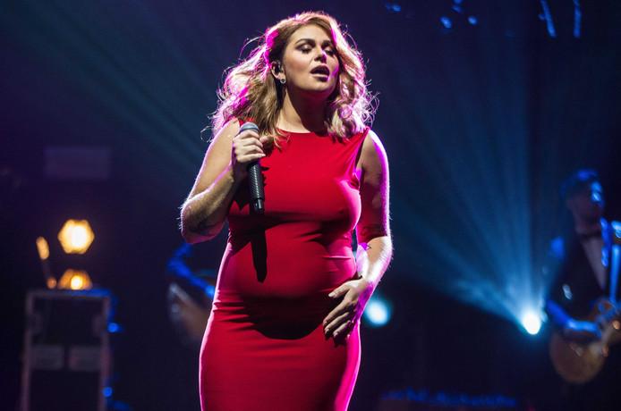 Een zwangere Roxeanne Hazes tijdens de uitreiking van de Edison POP 2018 prijzen in Amsterdam.