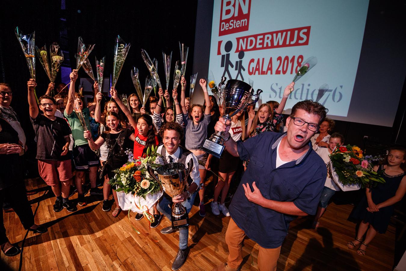 Twee van de drie winnaars van vorig jaar: leraar Sjoerd Schouw en conciërge Jurgen Nijhuis.