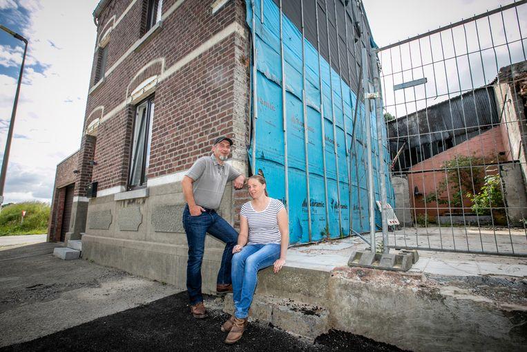 Urbain Swijsen en Sarah De Ghein aan hun huis in de Truiense Bermenstraat.
