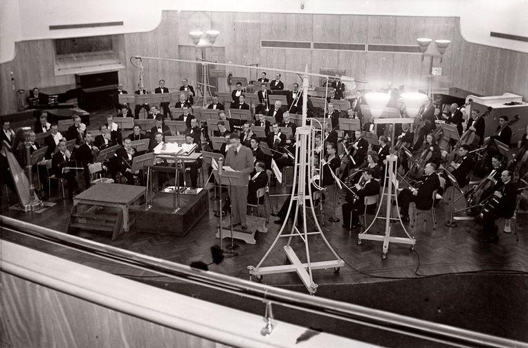 Openingsconcert op 14 september 1941 van het Eerste Nederlandsche Radio-muziekfeest in Hilversum, met toespraak door Tobie Goedewaagen, de NSB-Secretaris-Generaal van het departement van Volksvoorlichting en Kunsten.  Beeld Nationaal Archief/Collectie Spaarnestad