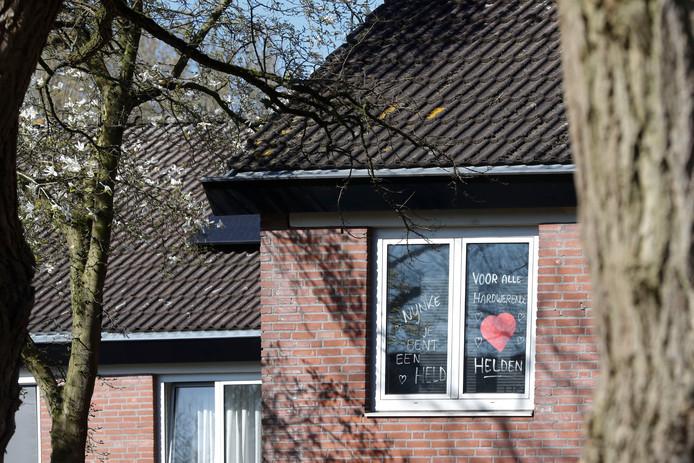 Bemoedigende tekst op de ruit van een woning in de Roghorst in Wageningen.