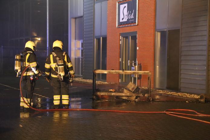 Een kar met brandend materiaal werd uit het pand gehaald.