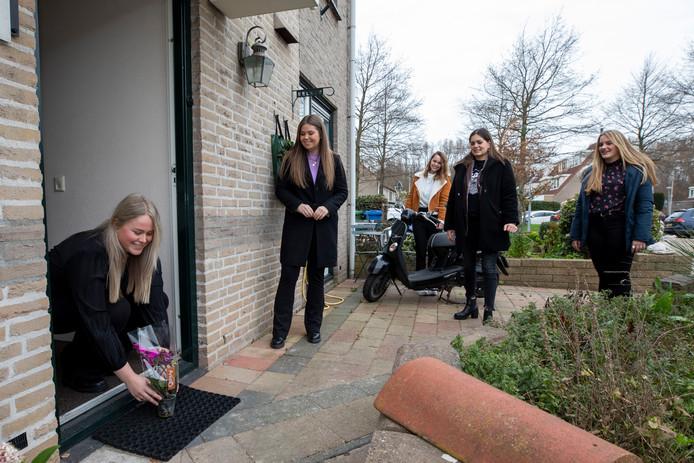 Medewerkers van Hotel Amerika bezorgden gisteren bloemen aan zo'n vijftig Hoekenezen en Westlanders. Het merendeel van de ontvangers werkt in de zorg.