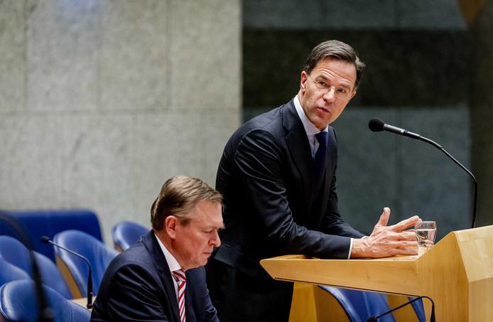 Premier Mark Rutte en Bruno Bruins, minister voor Medische Zorg en Sport tijdens het wekelijks vragenuur in de Tweede Kamer.