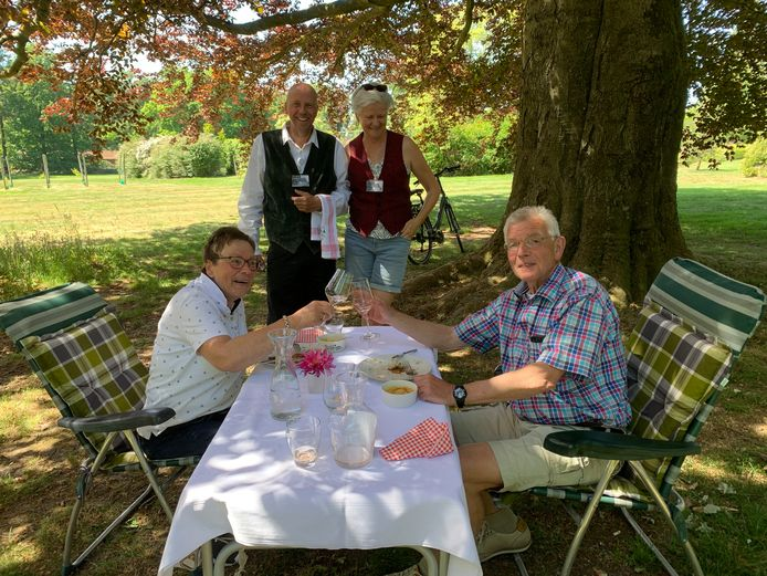 John en Annie Rikhof uit Losser genoten donderdag toch nog van hun 45-jarig huwelijk dankzij hun broer en zussen. Links staand Jaap Konter.