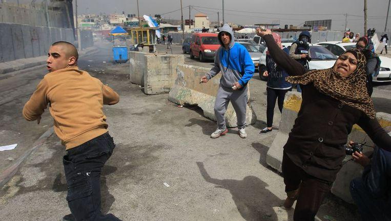 Palestijnse mannen en vrouwen in gevecht met Israëlische veiligheidstroepen. Beeld afp